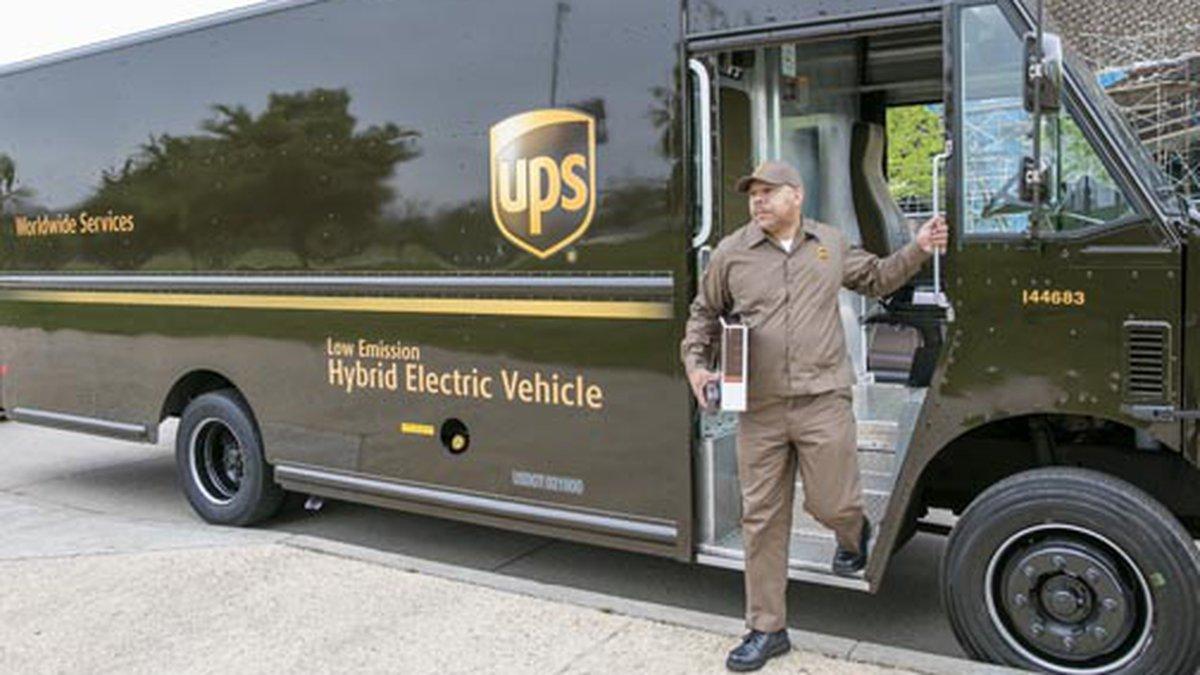 A driver steps off of a hybrid UPS truck. (Source: UPS Pressroom)
