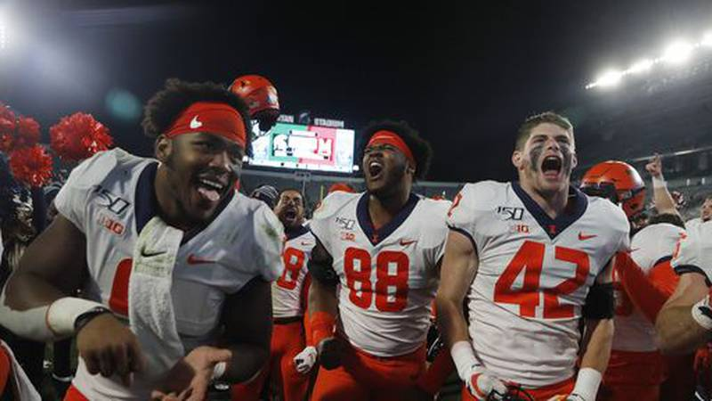 Illinois defensive lineman Keith Randolph Jr. (88), defensive back Michael Marchese (42) and...